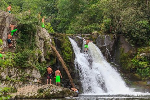 Tourists at the Abrams Falls - Pix on Trips