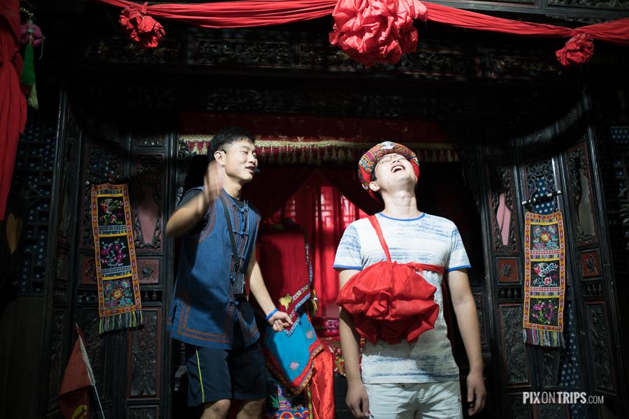 袁家寨子的导游和游客在互动表演节目